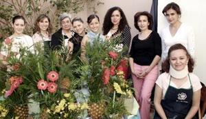 Hermosos diseños primaverales, es en lo que trabajaron las damas del Club Gardenia, entre las que se encuentran Abril, Mónica, Alejandra, Martha, Rebeca, Yanira, Cristy, Ana Isabel y Mary Carmen.