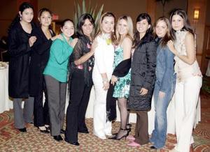 Karina Ortiz con sus amistades en su despedida de soltera.