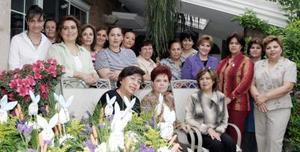<b>27 de marzo 2005 </b> <p> Trabajos alusivos a la temporada, elaboraron en su más reciente sesión de trabajo las damas del Club  de Jardinería Margaritas.