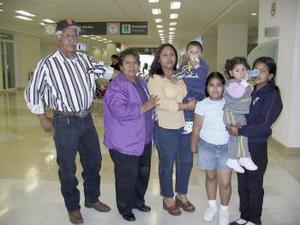Dora y Eunice García viajaron a Tijuana y fueron despedidas por la familia García Favela
