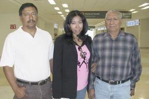<b>27 de marzo </b><p> Nayra Verónica Ibarra viajó a California y fue despedida por Nemori y José Ibarra.