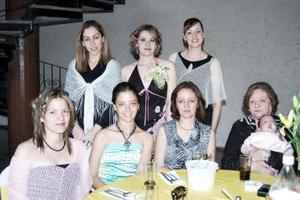 <b>28 de marzo 2005 </b> <p> Carmen Izquierdo Sáenz contraerán matrimonio con Sergio de la Rosa González en fecha próxima, y por ello sus familiares y amistades le ofrecieron una fiesta de despedida .