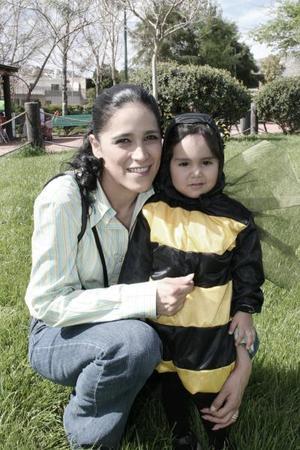 <b>28 de marzo </b> <p> Sandra Lozano de Ramírez con su hijita Mariana Ramírez.