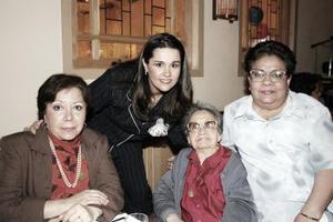 Karla López acompañada de sus tías Susana Launa, Soccorro López y Coco Luna