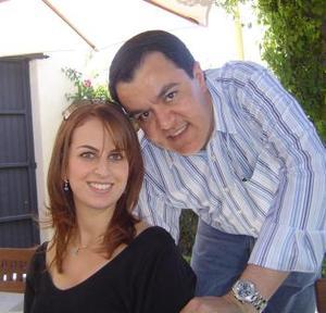 <b>29 de marzo 2005</b> <p> Sofía Zarzar junto a su prometido Roberto Kuri.