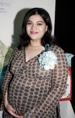 <b>29 de marzo 2005</b> <p> Olga Lilia Alvarado de González recibió regalos por el próximo nacimiento de su bebé.