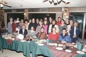 <b>29 de marzo 2005 </b> <p> Señora Luz María Horta Cantú, en compañía de las asistentes a su fiesta de cumpleaños.