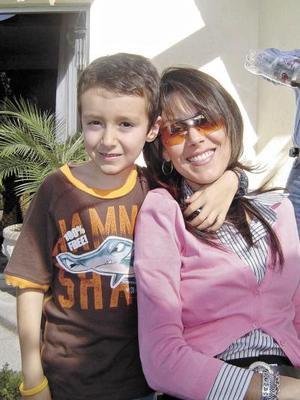 Nancy Kuri Humphrey con su hijo Enrique