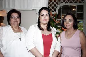 Humaya Betancourt acompañada de Juanita Amezcua y Humaya Sánchez.