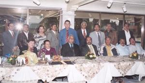 Sr. Juan Manuel  Álvarez Franco, en compañía de algunos de los invitados al convivio que se le ofreció en días pasados.