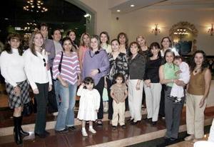 Gaby Miñarro, en compañía de algunas de las invitadas a su fiesta de regalos.