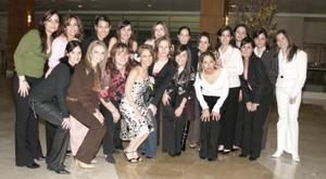 Feliz lució Miriam Motola Lincón, acompañada por sus amigas en su despedida de soltera.