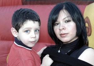 Carlos Alejandro González Vargas ysu mamá Karla Vargas de González.