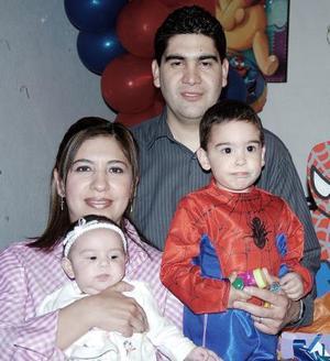 Jesús de León Hernández junto a sus papás Jesús León Tello y Maribel Hernández de León y por la pequeña Regina, en el convivio que le organizaron por su cumpleaños.