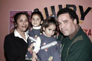 Las pequeñas Alejandra y Estefanía Bautista Rivera con sus papás