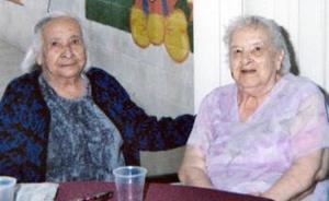 <b>31 de marzo 2005</b> <p> Sra. Refugio Dávila en pasado festejo, en compañía de su hermana Isabel.
