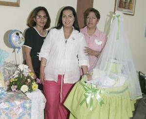 <b>31 de marzo 2005</b> <p> Pily de Trinidad de Ávila disfritó de un convivio organizado por Mónica Sosa y Delia Aguirre, para el bebé que espera que será niño.