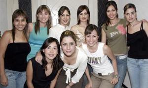 J-Mirvat Jalil Hamdan en su cumpleaños, acompañada de Cristina, Marisela, Vanessa, Claudia, Hiyam, Claudia, Laura y Lety.