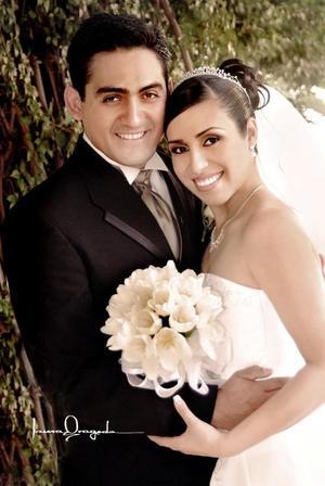 Lic. Juan Gabino Cardona Díaz y Dra. Liliana Argentina Valdez de Santiago recibieron la bendición nupcial.