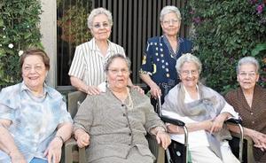 La festejada acompañada de sus hermanas Juanita, Mela, Tila, Nena, Alma y Graciela