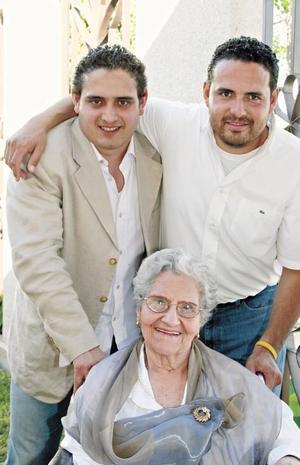 La festejada acompañada de sus nietos Jesús Manuel y Jorge Leopoldo Reyes Casas