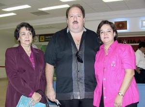 <b>01 de abril</b><p>  Guillermo Flores viajó a Cancún y fue despedido por Leticia Galán y Cuquita Villalobos.
