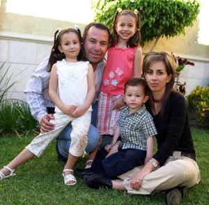 Luisa Aguilera López en compañía de sus papás, Jaime y Eva y sus hermanos Jaime  y Daniela.