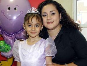María Fernanda Vázquez Martínez junto a su mamá Wendy Martínez Zúñiga.