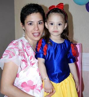 Ana Sofía González Carrillo en compañía de su mamá, Silvia Marcela Carrillo de González, en la fiesta infantil que le organizaron.