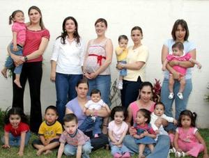 Bertha Salgado de De la Peña recibió lindos regalos para el bebé que espera.