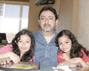 Alberto Guerrero ysus hijas Samantha y Mariana.