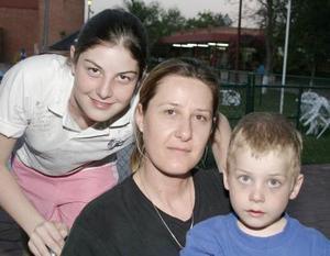 Alida Cobián de Díaz Flores con sus hijos Alida y Daniel.