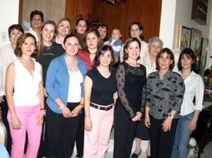01 de abril  Wendy Sugey Rodríguez Castro, acompañada de sus amistades en su fiesta de canastilla.