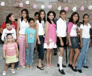 Estefanía Villegas Pineda, acompañada de un grupo de amistades en su fiesta de cumpleaños.