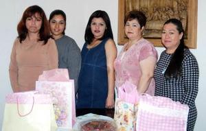 <b>02 de abril </b><p>  Wendy Sugey Rodríguez Castro, acompañada por algunas de las asistentes a su fiesta de canastilla.