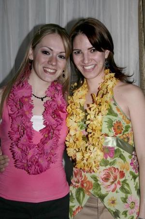Odila Vargas Villarreal con una amiga el día de una despedida de soltera que le organizaron.