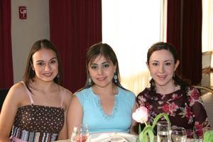 <b>02 de abril </b><p> Valeria Correa con algunas amigas