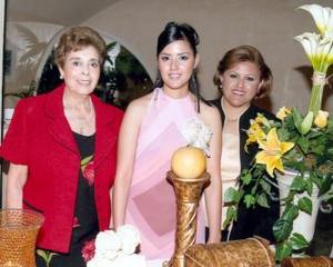 La festejada MArcela Ayala en compañía de Oralia de Ayala y Socorro de Mercado.