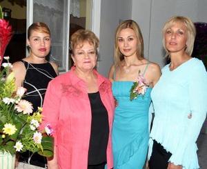 La novia, Lorena Gutiérrez Álvarez en compañía de Carola Cardini de Villalpando, Lourdes Álvarez de Gutiérrez y Carola Villalpando de Tanos.