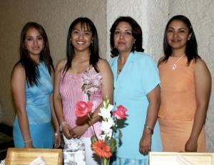 01 de abril  Rosalinda Márquez, Rosa Liliana Martínez y Nidia Martínez, le organizaron una fiesta de despedida de soltera a María Guadalupe Martínez Márquez.