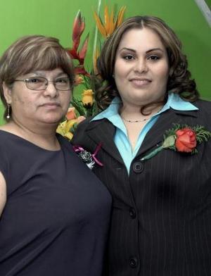 02 de abril   Rebeca Alejandra Morales Martínez en compañía de su mamá