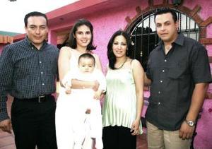 Emilio Aldape acompañado de sus padres, Flavio Aldape y Marcela Arellano y de sus padrinos Eloy Gutiérrez y Dulce Cassio.