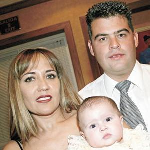 <I>SE LE DIO EL NOMBRE DE MARY JOSE</I><P>Josefina Martínez de Ramírez y Jaime Ramírez Braña con su hija Mary Jose