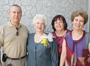 La festejada acompañada de sus hijos Jorge Cobian Trejo, Irma Cobian de Arellano y Leticia Cobian de Serrano