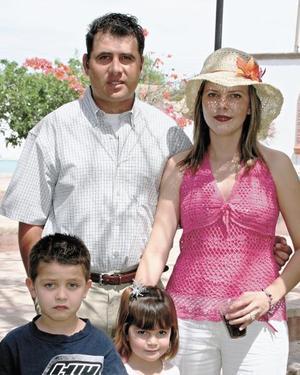 Roberto Alcántara y Elena de Alcántara con sus hijos Helenita y Roby