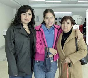 Candy Campos viajó a Tabasco y la despidieron Elvia de Castro y Claudia Castro.
