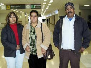 <b>03 de abril</b><p> Lucio Zamora y Maricela Villarreal viajaron a Tijuana y los despidió Luz María Zamora.