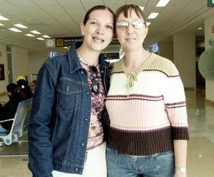<b>04 de abril</b><p> Mónica de Morán viajó a Miami y fue despedida por Nancy de Núñez.