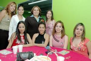 Rebeca Alejandra Morales Martínez acompañada de sus amigas en la despedida de soltera que le organizaron.