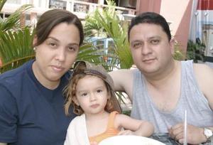 María Elena Márquez y Fernando Martínez Villa con su hija Fernanda Alejandra, en reciente festejo social.